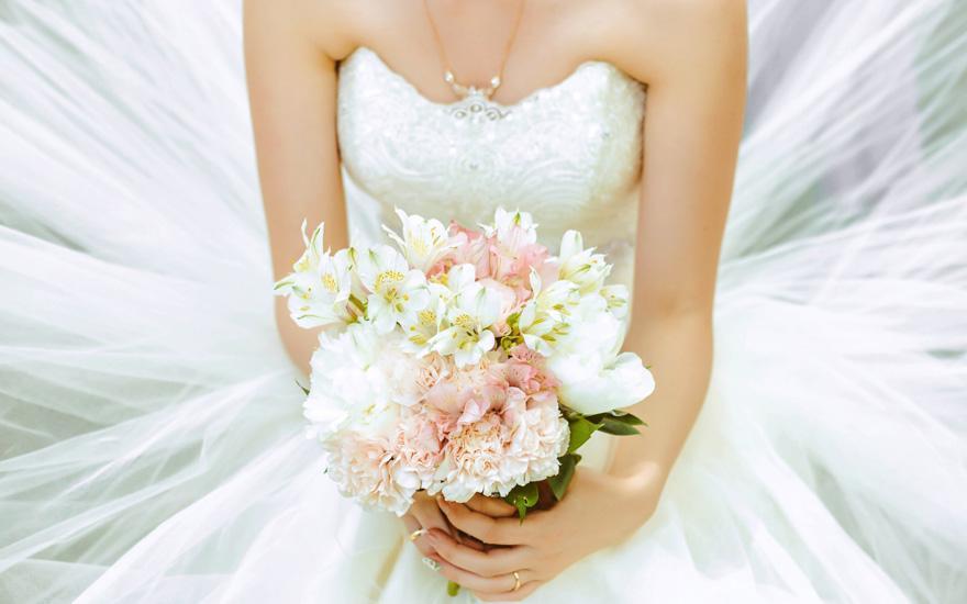 Aneta Mielicka Salon Salon Sukien Ślubnych - Panna młoda zbukietem kwiatów
